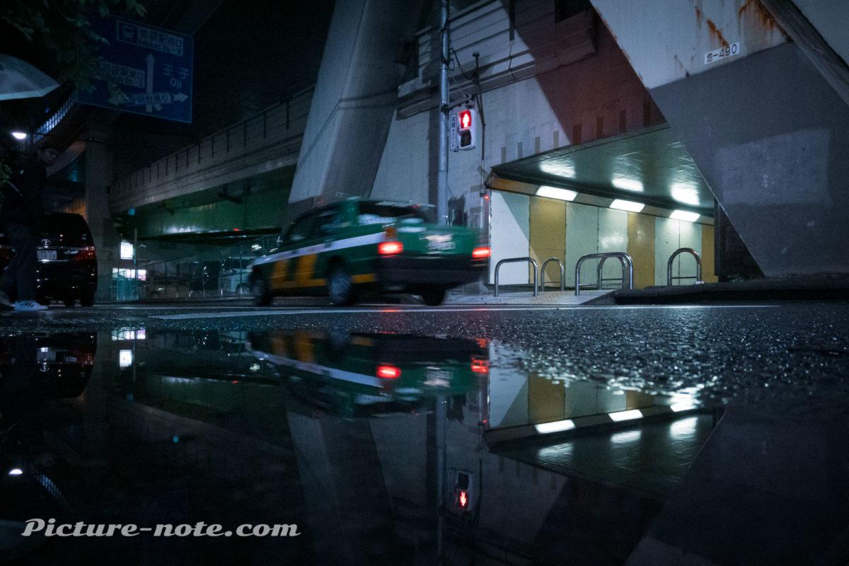 雨の深夜にリフレクションスナップ
